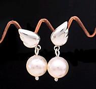 Ángel lindo estupendo se va volando de aretes de perlas