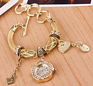 Mulher trançada pulseira de relógio de pulso